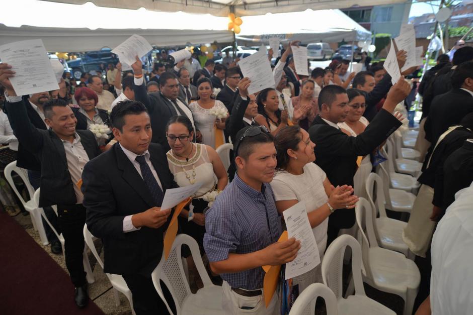 Las parejas que participaron en la boda colectiva recibieron ramos conmemorativos.  (Foto: Wilder López/Soy502)