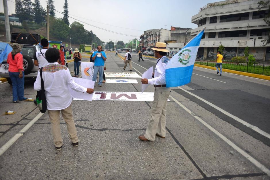 Entre 20 y 30 personas participan en una marcha pacífica que se dirige hacia el Congreso. (Foto: Jesús Alfonso/Soy502)