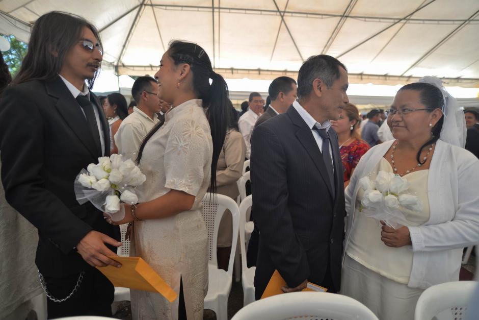 Una boda colectiva se realizó en la Plaza del Periodista en la zona 13.  (Foto: Wilder López/Soy502)