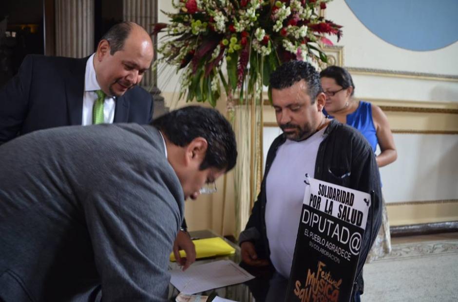 Los artistas visitarán las oficinas de los diputados que no dieron un aporte económico para pedirles que colaboren. (Foto: Cortesía José Castro)