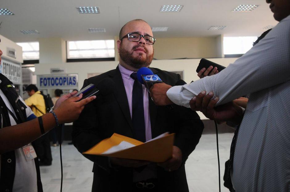 El abogado del Magistrado Charchal entregó un documento en el que el funcionario se pone a disposición del Juzgado. (Foto: Alejandro Balán/ Soy502)