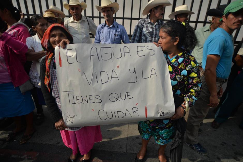 Pobladores en resistencia protestaron antes de ingresar a la sala de vistas de la CSJ. (Foto: Wilder López/Soy502)