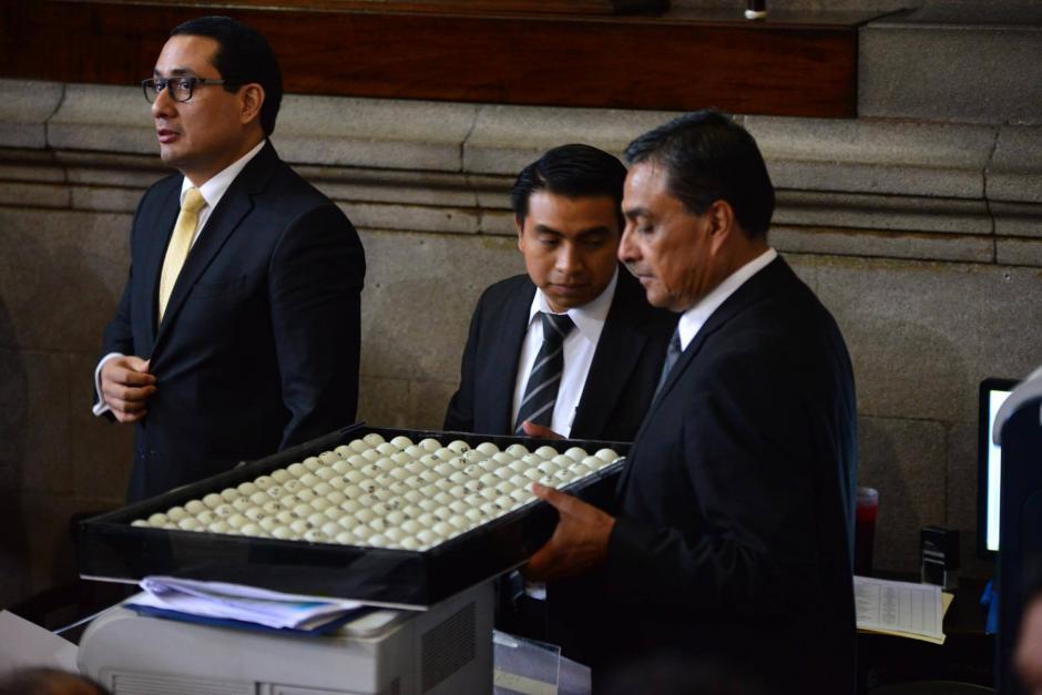 Las pelotitas contenían el número de todos los diputados. (Foto: Jesús Alfonso/Soy502)