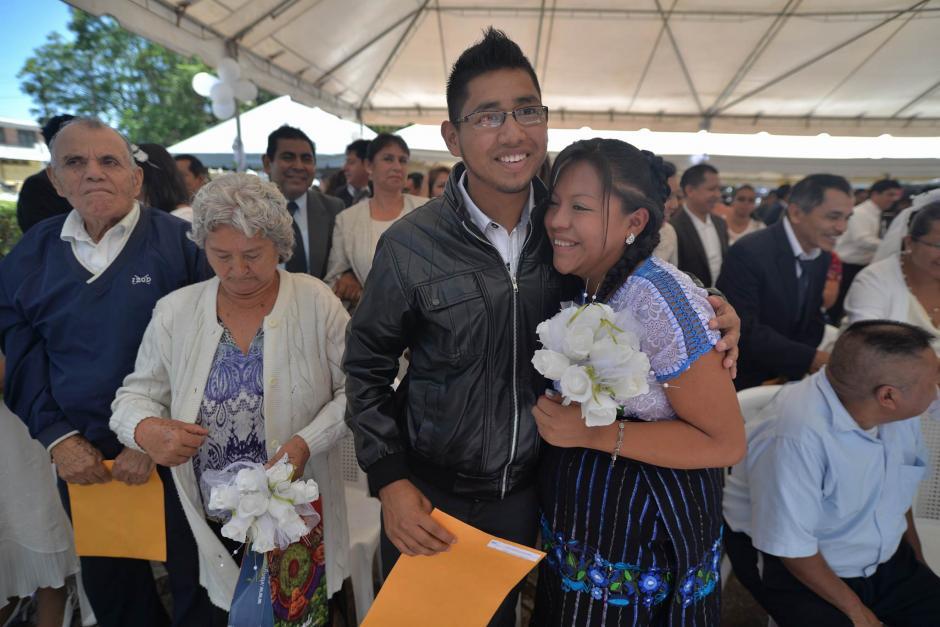 Parejas de distintas edades unieron sus vidas en matrimonio. (Foto: Wilder López/Soy502)