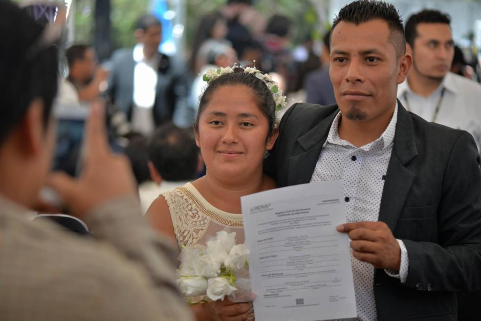 Los recién casados recibieron su certificación de matrimonio.  (Foto: Wilder López/Soy502)