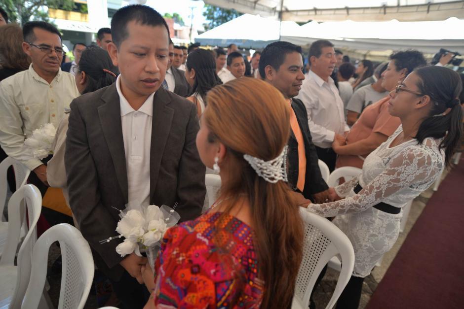 Los novios realizaron sus votos durante una boda colectiva en la zona 13. (Foto: Wilder López/Soy502)