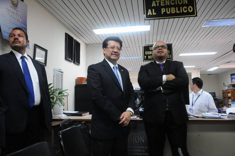 El magistrado Douglas Charchal es acompañado de 2 guardaespaldas. (Foto: Alejandro Balán/Soy502)