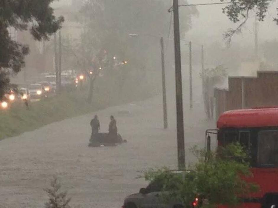 Graves inundaciones en arterias principales han sido reportadas. (Foto: Twitter)