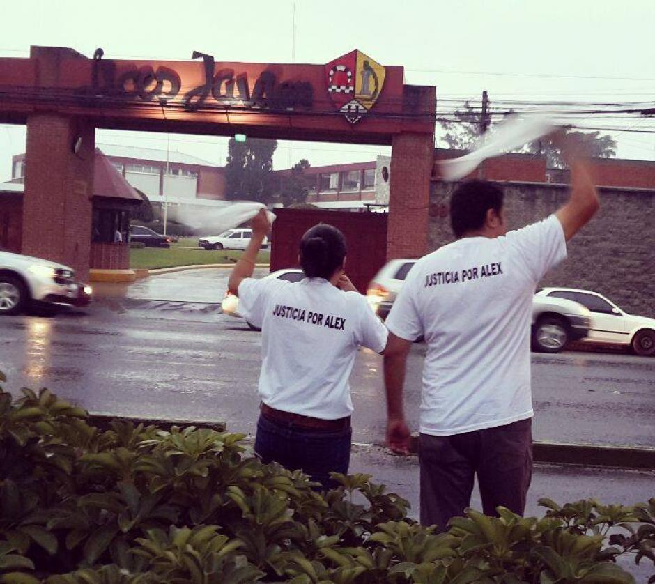 Los padres del estudiante Alex frente al Liceo Javier. (Foto: Facebook Justicia por Alex)