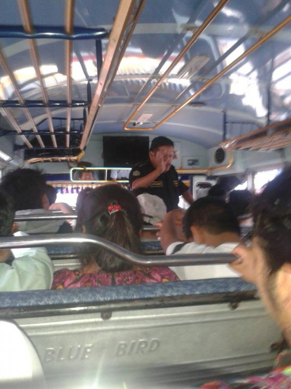 El agente pide a Dios por todos los pasajeros. (Foto: Facebook/Roberto Petz Monterroso)