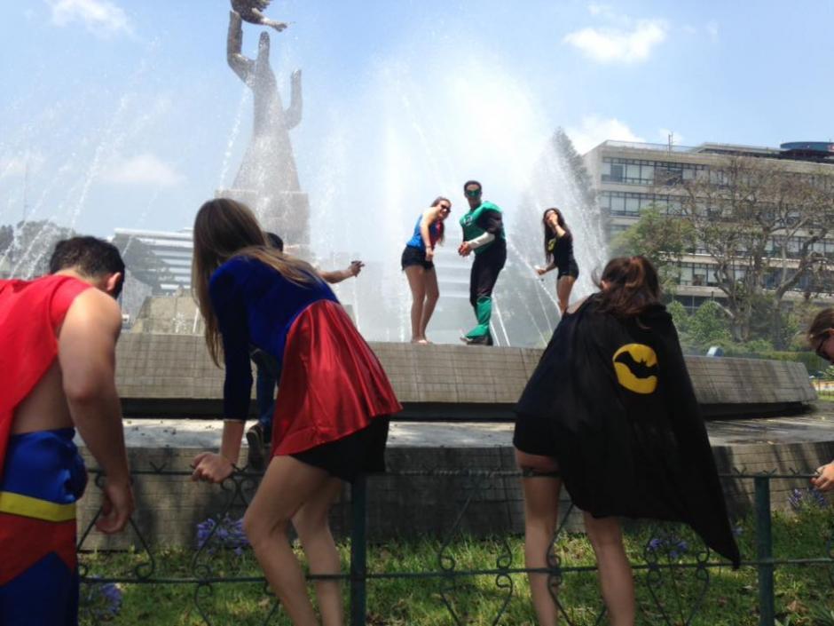 Los adolescentes se refrescaron en la Fuente de la Paz en la zona 1. (Foto: Fredy Hernández/ Soy502)