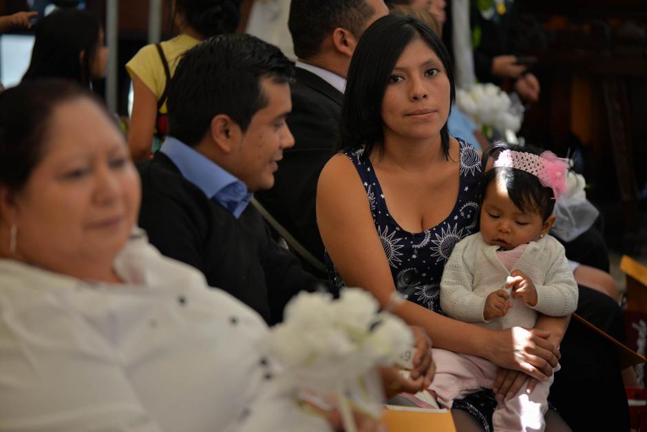 En la Plaza del Periodista en la Avenida las Américas se realizó una boda masiva. (Foto: Wilder López/Soy502)