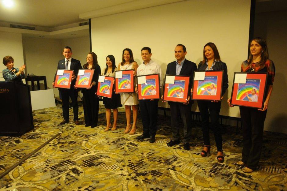 Las damas del club hicieron entrega de reconocimientos a los patrocinadores y personas que ayudaron a realizar la carrera. (Foto: Alejandro Balán/Soy502)