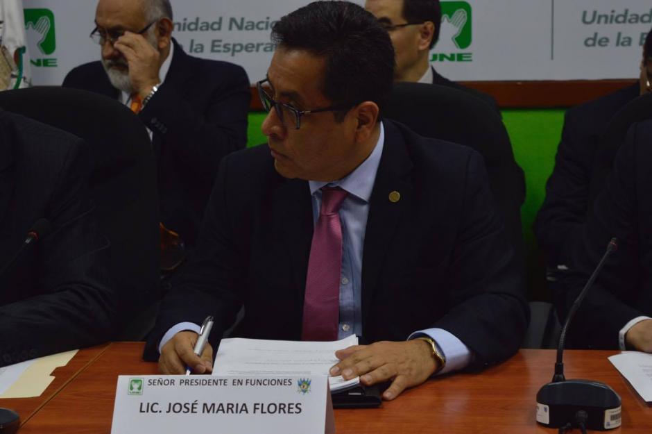 El representante de la Superintendencia de Bancos evitó responder a las preguntas de los legisladores. (Foto: Camila Chicas/Soy502)