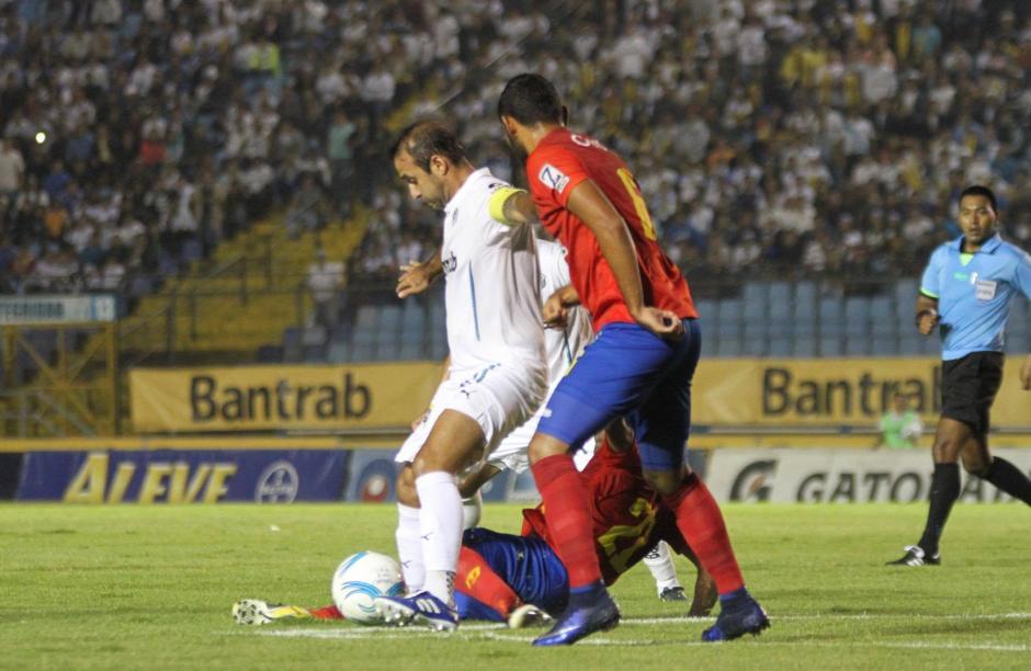 José Manuel Contreras intenta dominar el balón ante la marca de los defensas rojos. (Foto: Luis Barrios/Soy502)