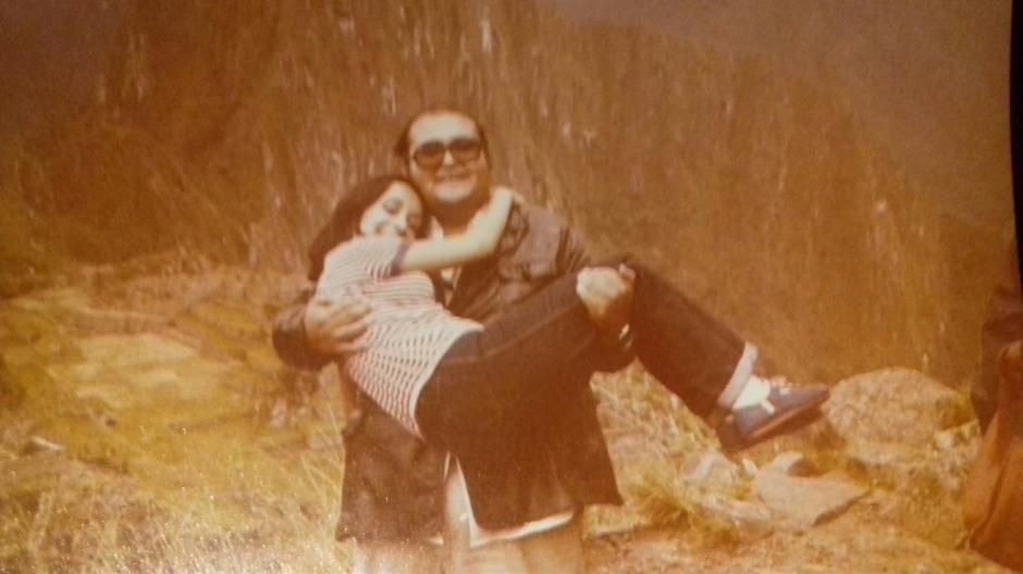 """La amistad entre los actores era muy fuerte. """"El señor Barriga"""" carga a María Antonieta antes de rodar una escena. (Foto: La Chilindrina Oficial)"""