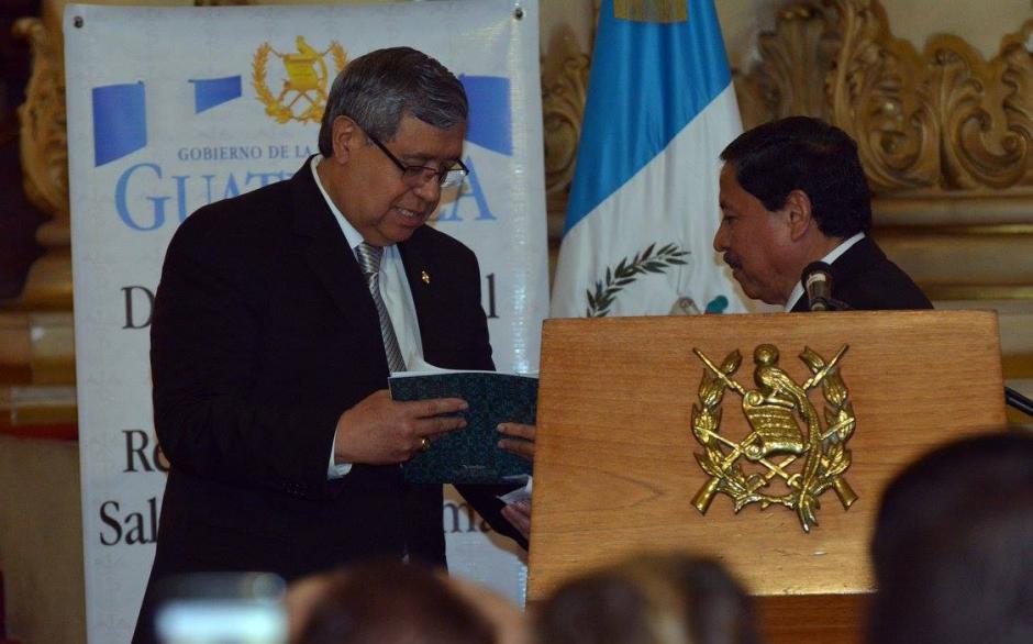 El vicepresidente Jafeth Cabreara recibe simbólicamente las reformas. (Foto: Ministerio de Salud)