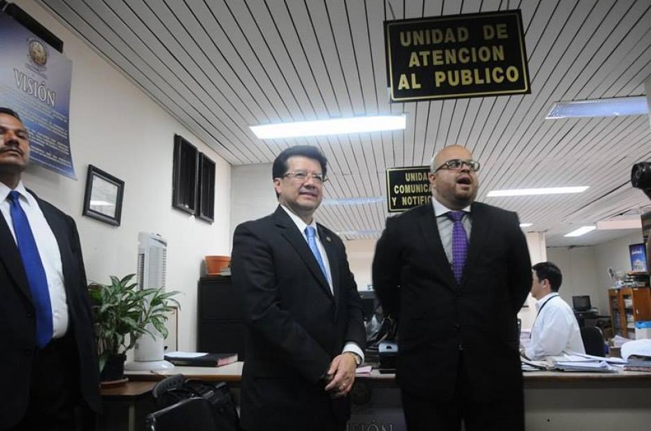 El Magistrado Douglas Charchal se presentó al juzgado Sexto por el Caso TCQ. (Foto: Alejandro Balán/Soy502)