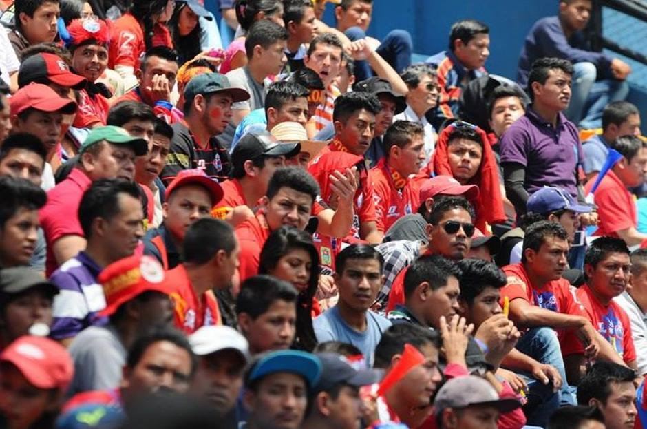 Los aficionados rojos abarrotaron el Mateo Flores. (Foto: Alejandro Balan/Soy502)