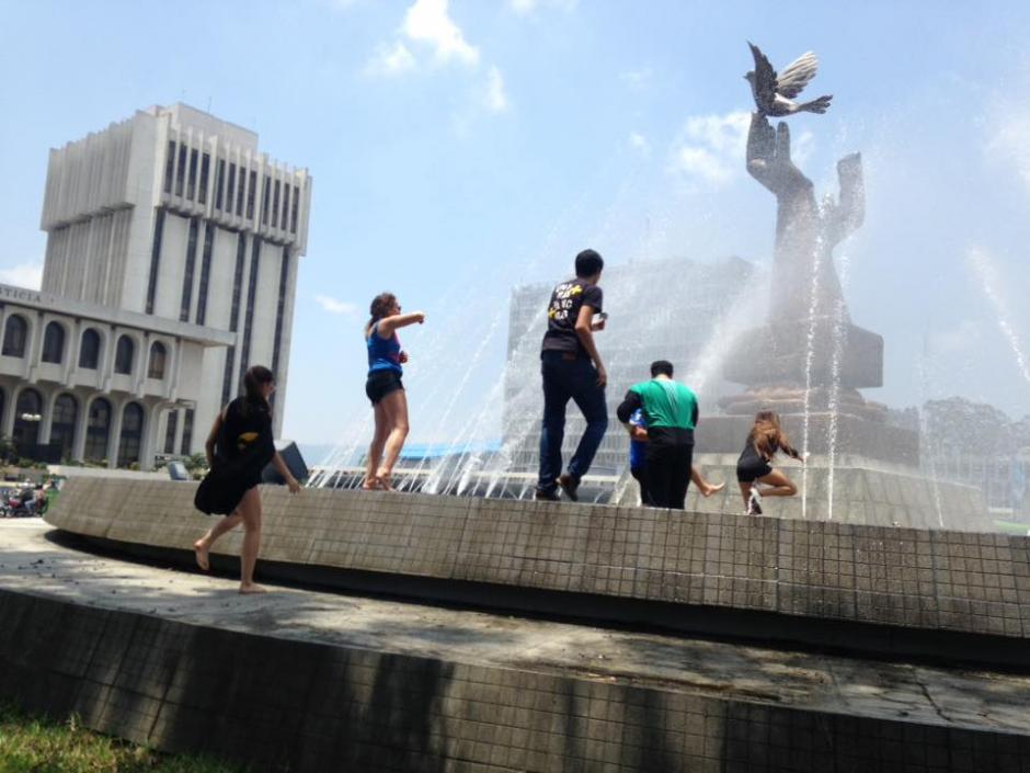 Un grupo de jóvenes participó en un rally en el Centro Cívico. (Foto: Fredy Hernández/ Soy502)