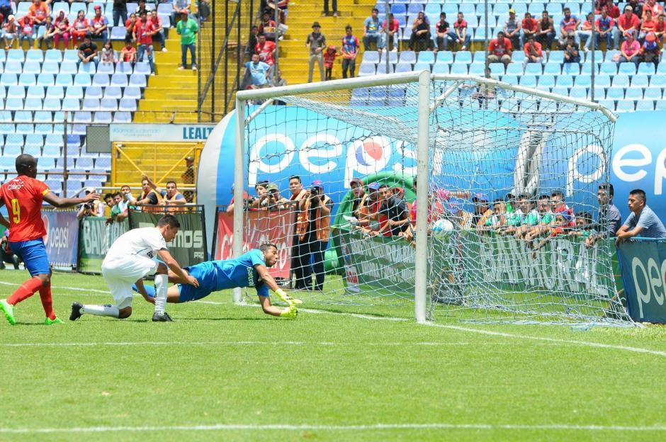 JJ Paredes no logró detener el balón de los rojos. (Foto: Alejandro Balán/Soy502)