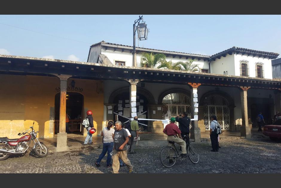 Varios carteles fueron colocados cerca de la obra en construcción en Antigua Guatemala. (Foto: Colectivo de Jóvenes de Guatemala)