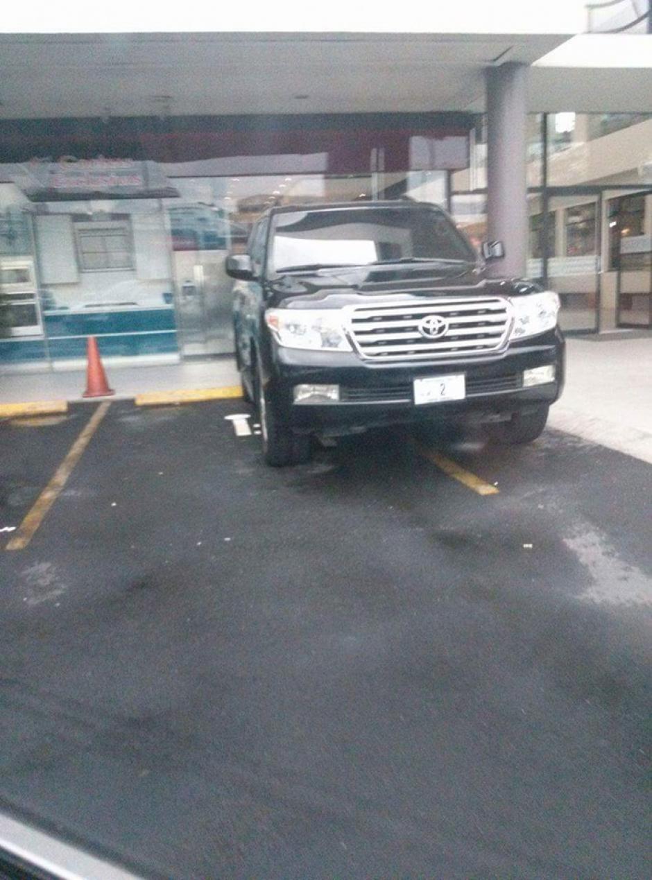 El vehículo fue captado en un centro comercial de la zona 10 capitalina. (Foto:@malparqueadosgt)