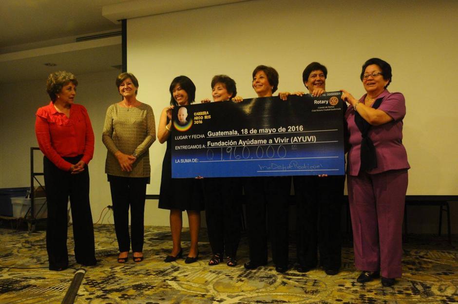 El Comité de damas del Club Rotario de Guatemala hizo entrega del donativo recaudado en la carrera Arco Iris. (Foto: Alejandro Balán/Soy502)