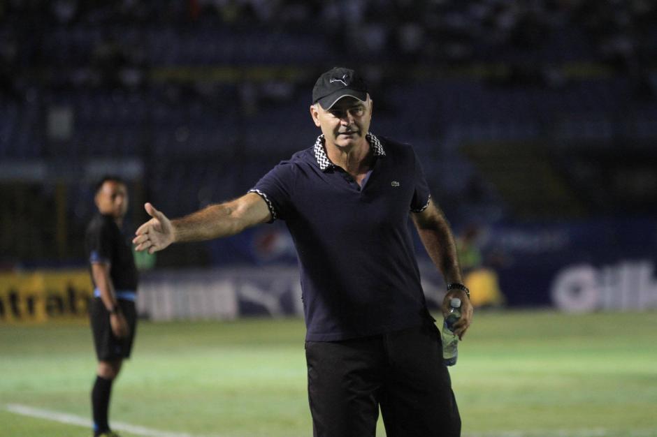 Iván Franco Sopegno da instrucciones a sus jugadores. (Foto: Luis Barrios/Soy502)