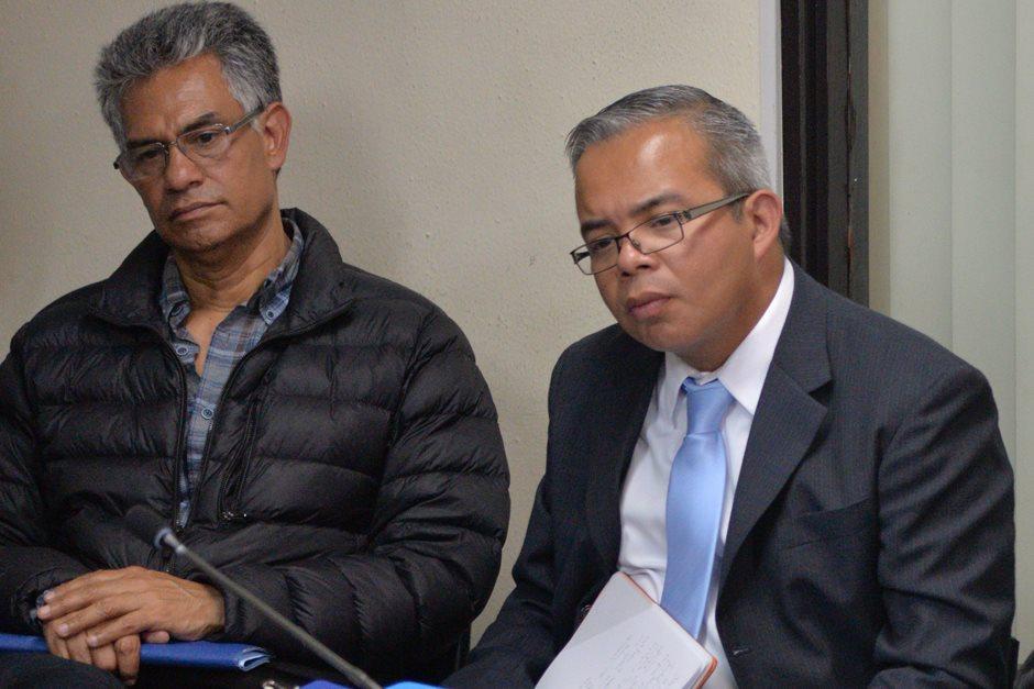 Roberto Stalling junto a uno de sus clientes, el exSuperintendente de la SAT, Carlos Muñoz. (Foto: Wilder López/Soy502)