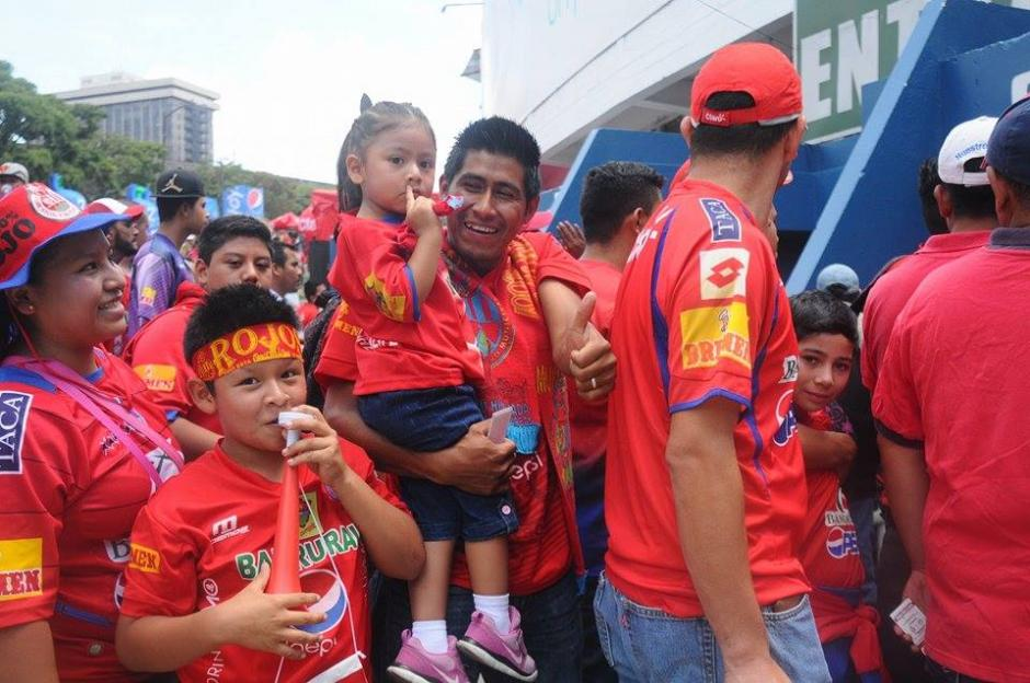 Así lucía el ambiente afuera del estadio. (Foto: Alejandro Balan/Soy502