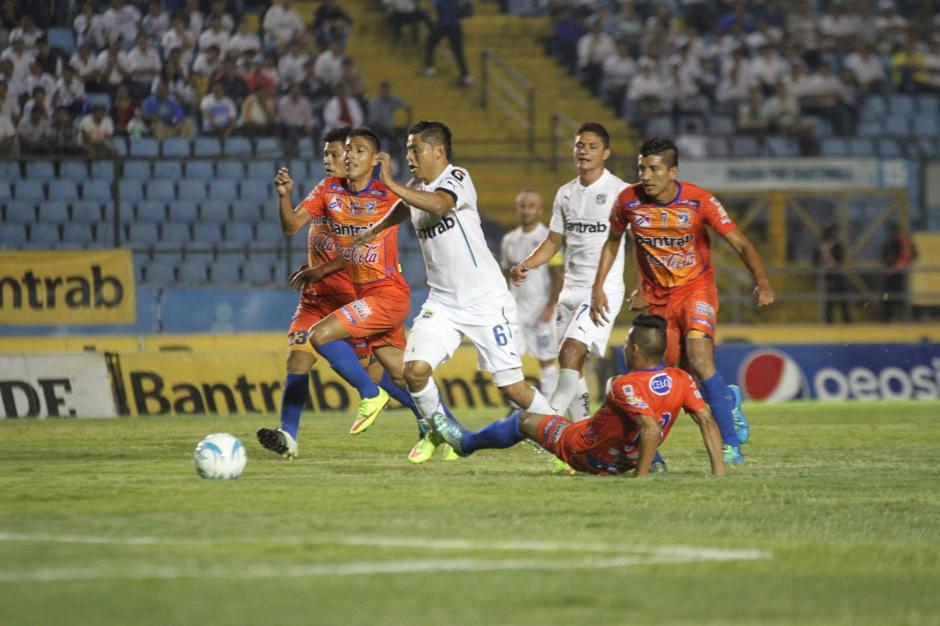En el segundo tiempo hubo ocasiones de gol para ambos equipos. (Foto: Luis Barrios/Soy502)