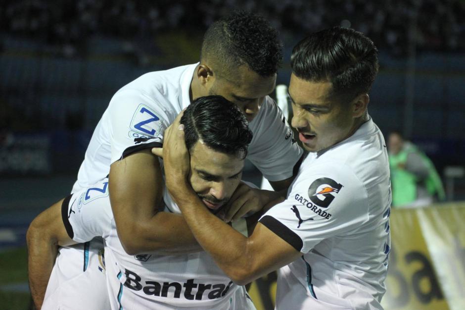 Juan Barrera es saludado por sus compañeros. (Foto: Pedro Mijangos/Soy502)