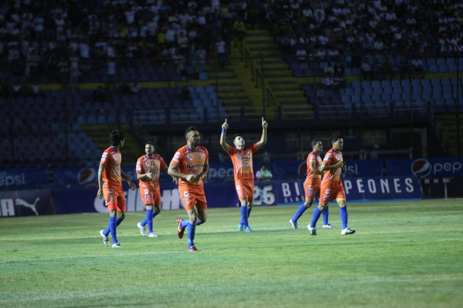 Los visitantes visten de naranja en el primer partido de la serie. (Foto: Luis Barrios/Soy502)