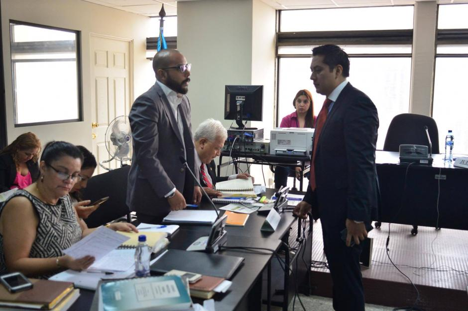 Fernando Guerra y Mario Cano, los dos abogados de Roxana Baldetti se encontraron en Tribunales. (Foto: Jesús Alfonso/Soy502)