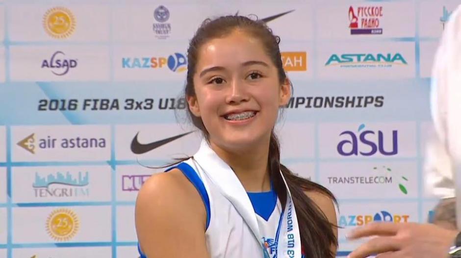 La sonrisa de refleja la satisfacción de estar en el podio. (Foto: Captura youtube)