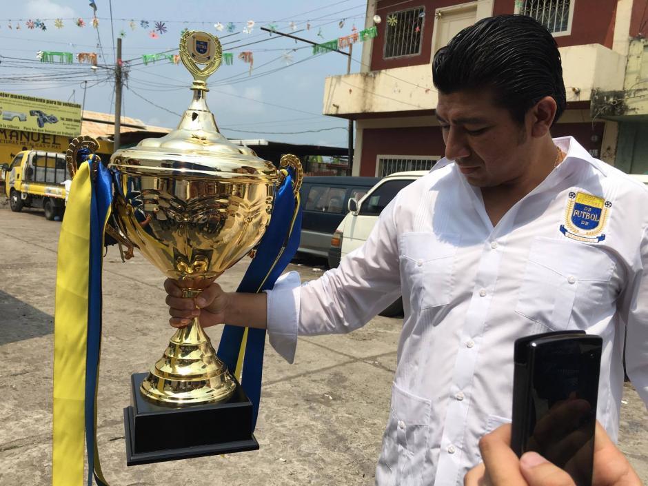 Las copas y las medallas brillaron a su entrada al campo de juego. (Foto: Luis Barrios/Soy502)