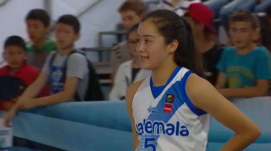 Pinelo luce orgulloza la camiseta azul y blanco. (Foto: Captura youtube)