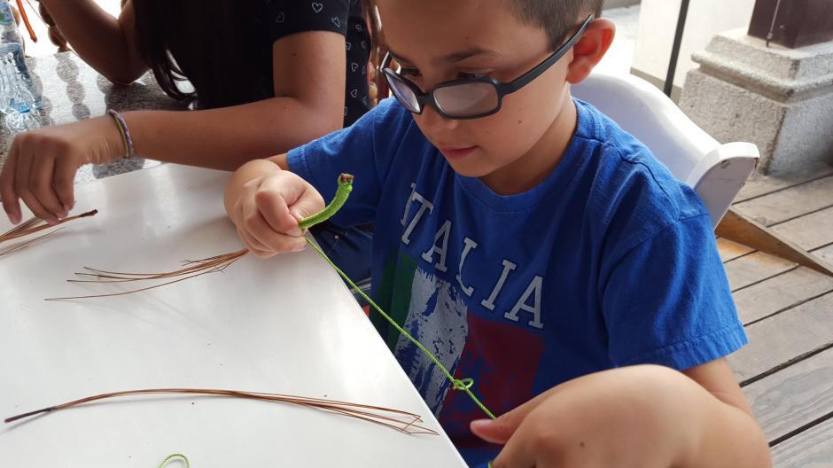 Los pequeños aprenden a hacer distintos productos con materiales naturales. (Foto: Didart Guatemala)