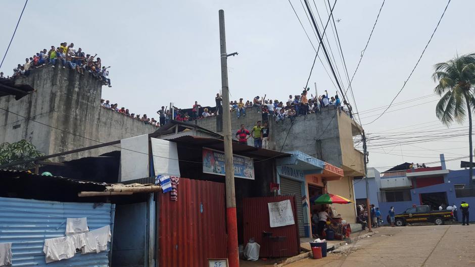 Los aficionados aprovecharon cualquier rincón para observar el juego. (Foto: Luis Barrios/Soy502)