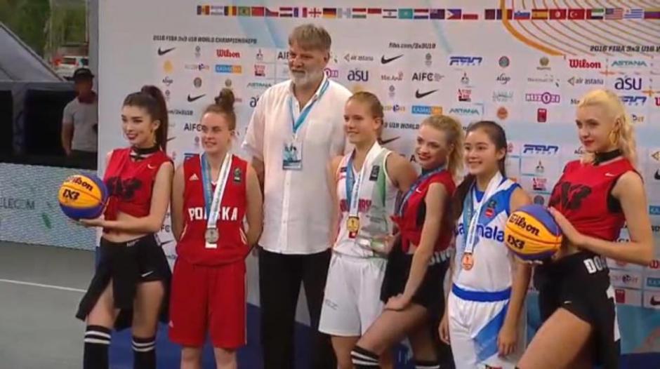 Pinelo posa junto a las otras medallistas. (Foto: Captura youtube)