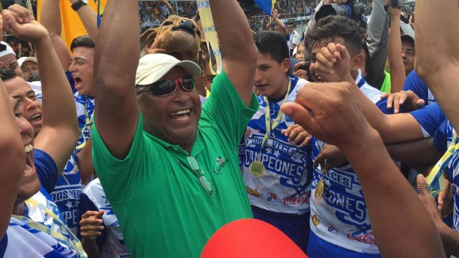 Los jugadores y el cuerpo técnico celebraron al final del encuentro con sus seguidores. (Foto: Luis Barrios/Soy502)