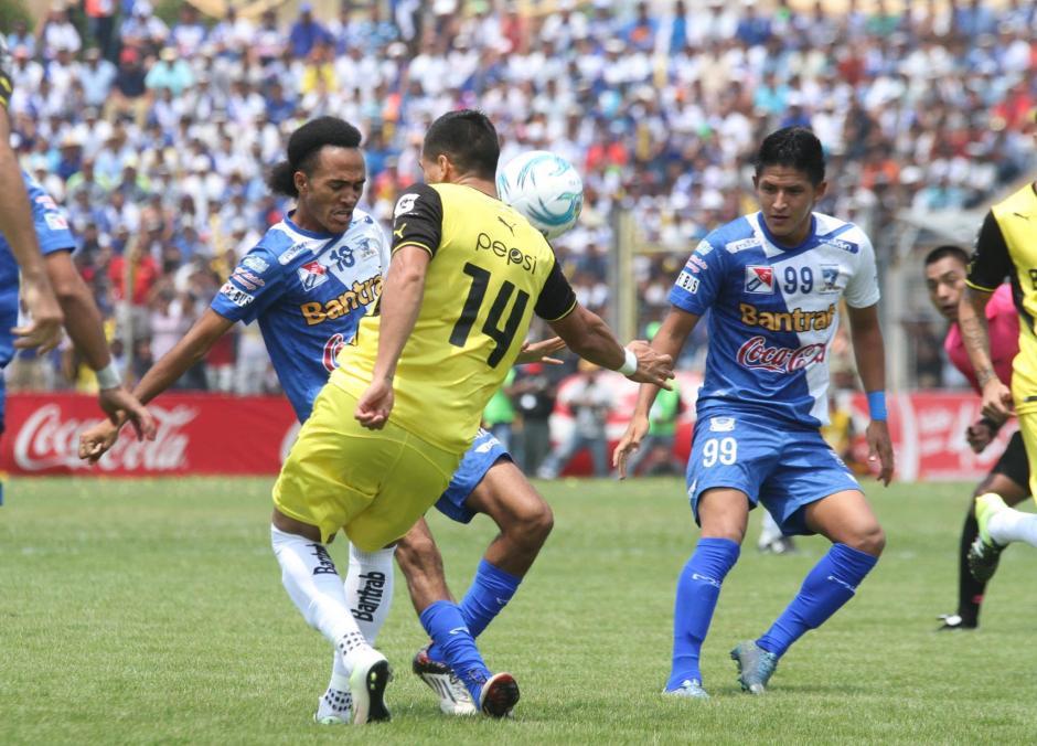 En los primeros minutos, el juego se disputó en la mitad del  campo. (Foto: Luis Barrios/Soy502)