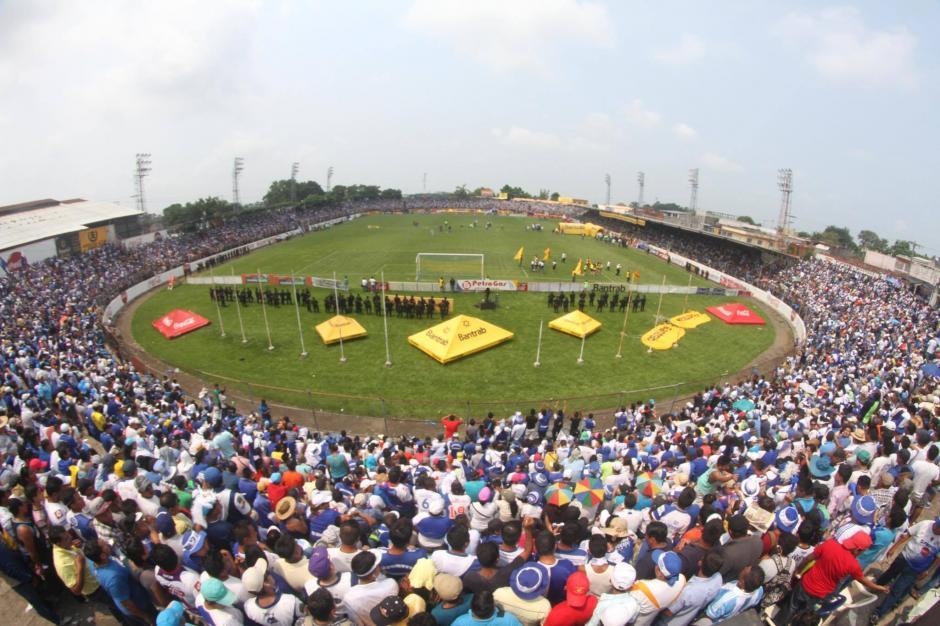 La afición local abarrotó el estadio Carlos Salazar desde las primeras horas del domingo. (Foto: Luis Barrios/Soy502)