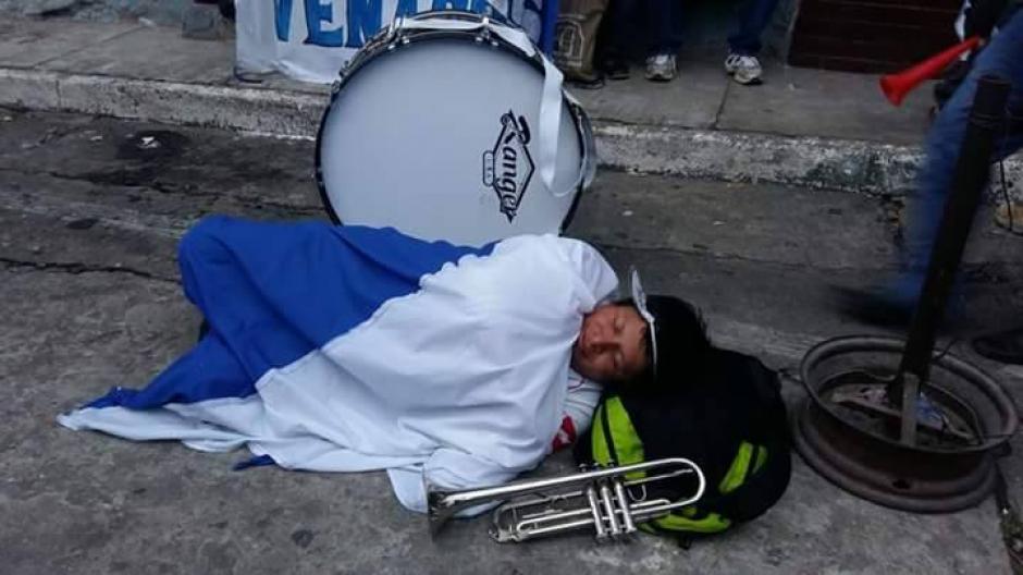 Un aficionado de Suchi durmió a las afueras del estadio para tener el mejor sitio y así apoyar al equipo de sus amores. (Foto: Deportivo Suchitepéquez)