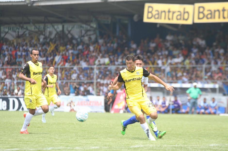 La defensiva crema estuvo atenta para evitar las llegadas del equipo venado. (Foto: Luis Barrios/Soy502)