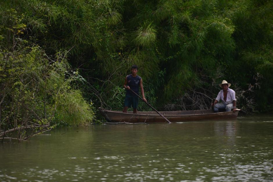 Los pobladores se dispusieron a retirar los peces muertos. (Foto: Wilder López/Soy502)