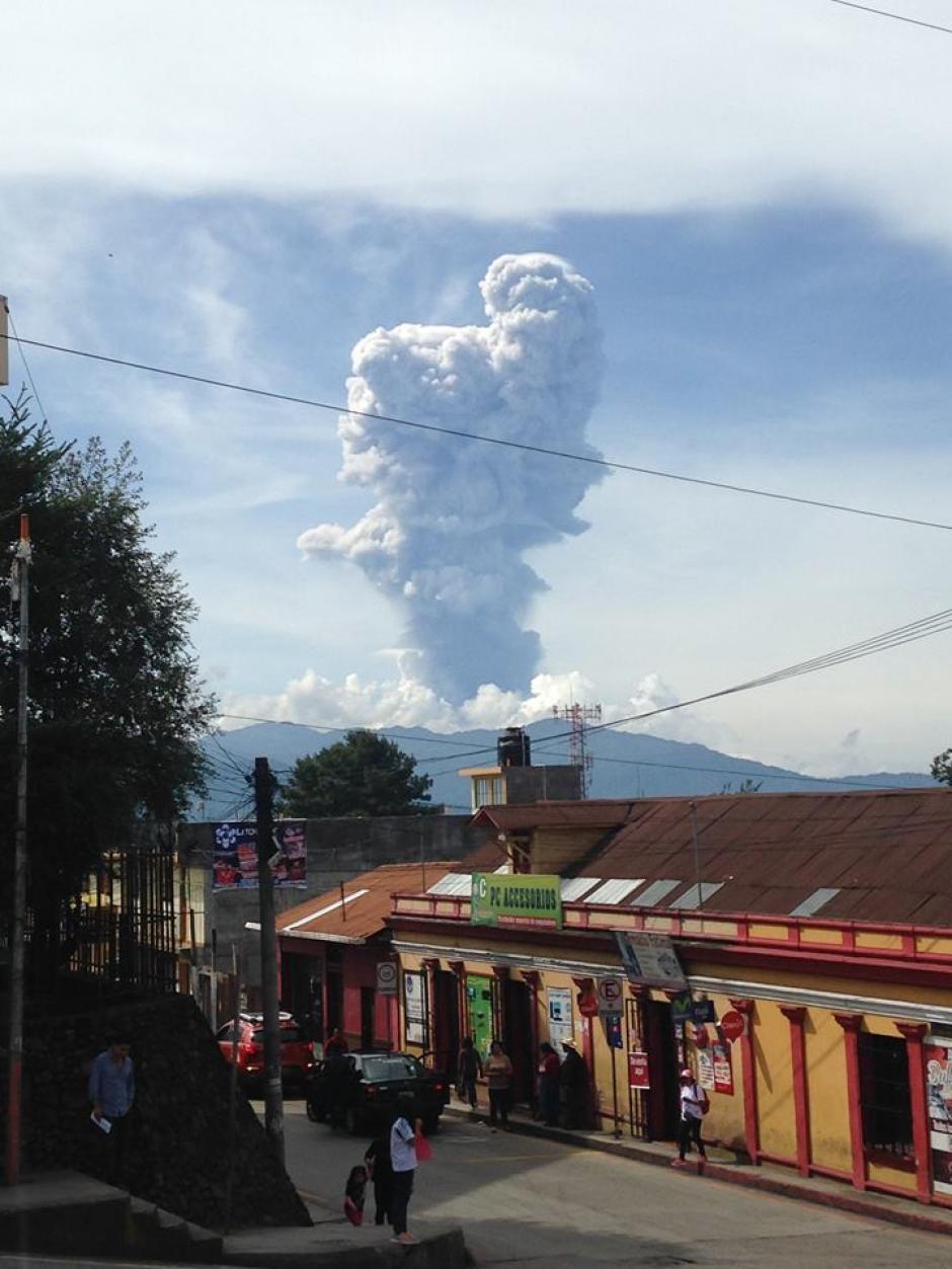 Desde el centro de la cabecera departamental de San Marcos se ve la explosión del Volcan Santiaguito. (Foto: Marquense en línea)