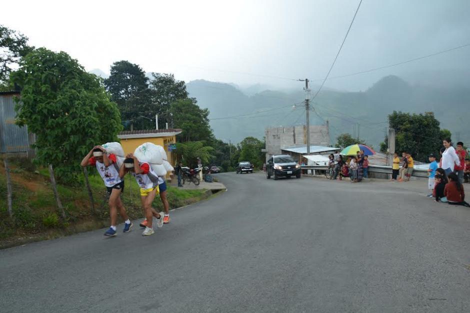 Los competidores debieron de recorrer 3 mil 800 metros desde el parque de Tactic hasta el cerro Chi-Ixim y retorno al parque.  (Foto: Fredy Cu)