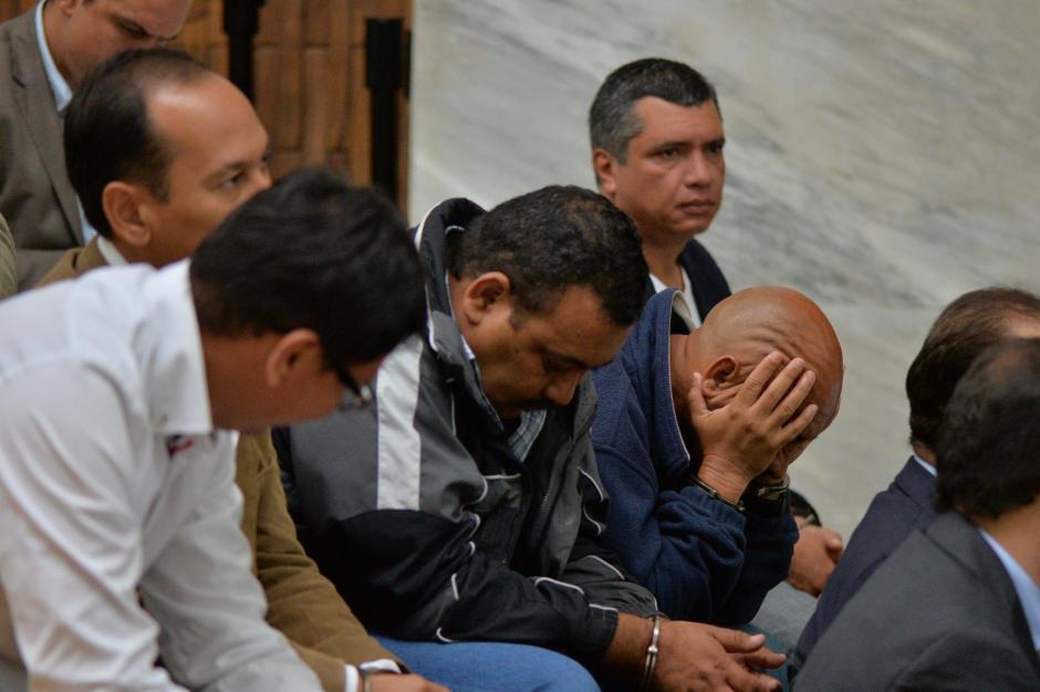 Otros de los sindicados se mostraron preocupados en su llegada a la sala en la que se realizará la audiencia. (Foto: Wilder López/Soy502)